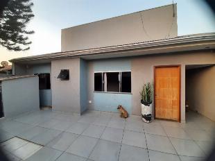 Casa com sobrado , piscina e corredor lateral.