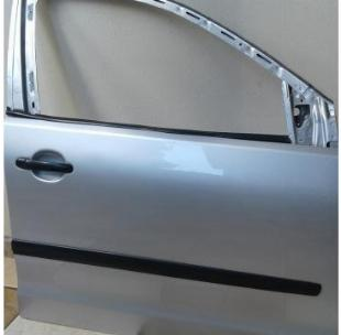 Porta polo sedan prata, lado direito dianteiro